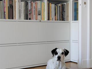 GANTZ - Bibliothek nach Maß um Tür GANTZ - Regale und Einbauschränke nach Maß WohnzimmerRegale Holzwerkstoff Weiß