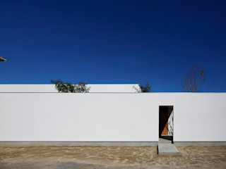 一歩中に入ると緑、光、風を身近に感じる家 kisetsu 木造住宅 木 白色