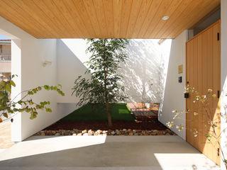 一歩中に入ると緑、光、風を身近に感じる家 kisetsu モダンスタイルの 玄関&廊下&階段 木 白色