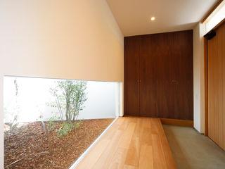 一歩中に入ると緑、光、風を身近に感じる家 kisetsu モダンスタイルの 玄関&廊下&階段 木 ブラウン