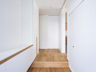キリコ設計事務所 Couloir, entrée, escaliers modernes Tuiles Blanc