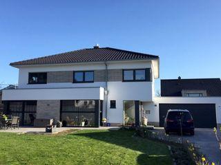 Neubau EFH mit Doppelgarage in NRW ESTATIKA GmbH Einfamilienhaus Weiß