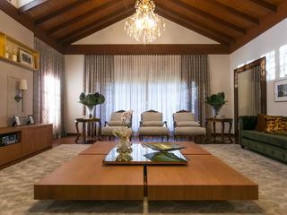 Residencia Atemporal e Luxuosa Élcio Bianchini Projetos Salas de estar ecléticas