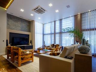 Residência sofisticada Élcio Bianchini Projetos Salas de estar ecléticas