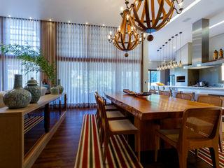 Residência sofisticada Élcio Bianchini Projetos Salas de jantar ecléticas
