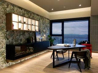 中西合璧的優雅新古典美宅| 百葉簾.蜂巢簾 MSBT 幔室布緹 書房/辦公室配件與裝飾品 實木 Brown