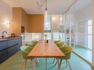 ÈMCÉ interior architecture Кухня в стиле модерн Дерево Зеленый