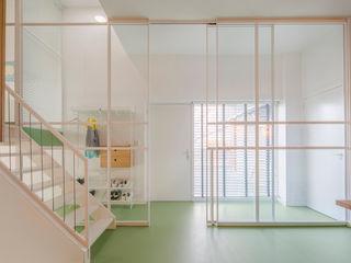 ÈMCÉ interior architecture Коридор, прихожая и лестница в модерн стиле Стекло Белый