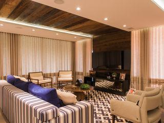 Residência de sítio Élcio Bianchini Projetos Salas de estar ecléticas