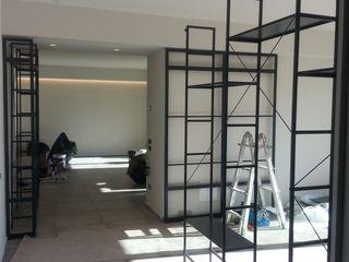 Laura Canonico Architetto Livings de estilo moderno Hierro/Acero Negro