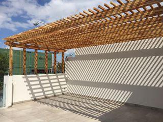 Pisos y Maderas Finas de Queretaro SA de CV Balcones y terrazas de estilo moderno Madera Ámbar/Dorado