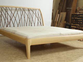 Bett mit einem geschwungenen Kopfteil mit Weidengeflecht. Das Bett ist metallfrei und wird mittels unsichtbarer Keilverbindungen in wenigen Minuten montiert. Holzarbeiten André Findeisen Moderne Schlafzimmer Holz