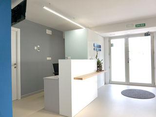 Diseño de Clínica de odontología en Alicante Tono Lledó Estudio de Interiorismo en Alicante Clínicas de estilo moderno Vidrio Blanco