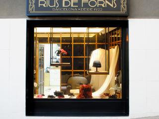 Atelier de Sombreros y Tocados de novia en el barrio de Sarriá, Barcelona MANUEL TORRES DESIGN Oficinas y tiendas de estilo ecléctico Negro