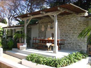Young Landscape Design Studio Balcone, Veranda & Terrazza in stile tropicale