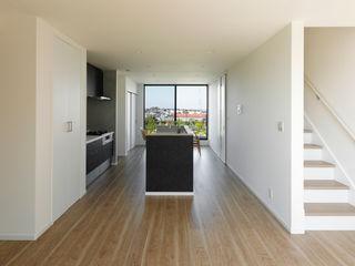 ナイトウタカシ建築設計事務所 Modern Living Room Solid Wood Black