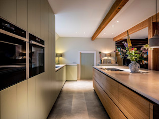 ÈMCÉ interior architecture Встроенные кухни Дерево Зеленый
