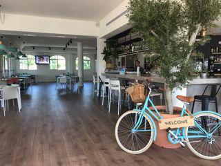 Reforma y restyling de restaurante y cafetería A interiorismo by Maria Andes Gastronomía de estilo mediterráneo Compuestos de madera y plástico Blanco