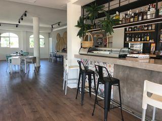 Reforma y restyling de restaurante y cafetería A interiorismo by Maria Andes Gastronomía de estilo mediterráneo Cerámico Blanco