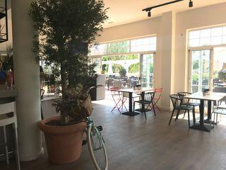 Reforma y restyling de restaurante y cafetería A interiorismo by Maria Andes Gastronomía de estilo mediterráneo Compuestos de madera y plástico Beige