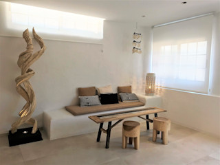 Diseño interior y reforma de Centro Wellnes A interiorismo by Maria Andes Hoteles de estilo mediterráneo Cerámico Blanco