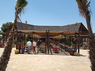 Decoración de restaurante-buffet Palapa A interiorismo by Maria Andes Bares y clubs de estilo tropical Madera maciza Acabado en madera