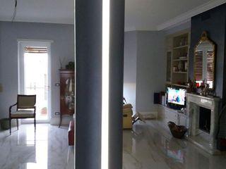 Arte Design & Colore Salas modernas Metálico/Plateado