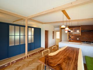 小さなレザークラフトのアトリエをもつ片流れ屋根の平屋の家 FAD建築事務所 モダンデザインの ダイニング 無垢材
