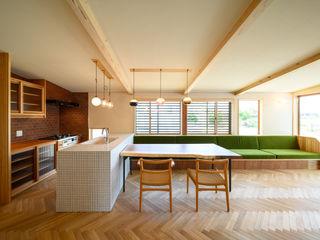 小さなレザークラフトのアトリエをもつ片流れ屋根の平屋の家 FAD建築事務所 モダンな キッチン タイル