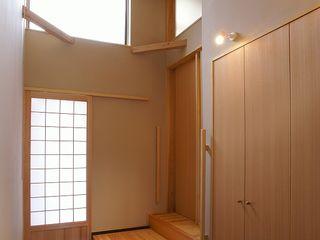一級建築士事務所 想建築工房 Asiatischer Flur, Diele & Treppenhaus