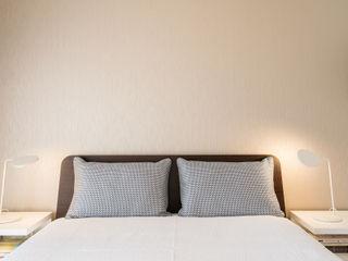 Traço Magenta - Design de Interiores モダンスタイルの寝室