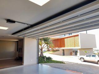 Cattani Portões モダンデザインの ガレージ・物置 鉄/鋼 黒色