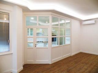 Cucina classica angolare con divisorio a vista Falegnamerie Design Cucina in stile classico Legno Bianco