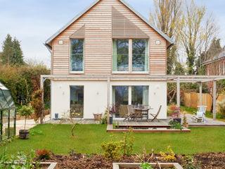 House Fleming: an Inspiring Small Home Baufritz (UK) Ltd. Casas de estilo rural Madera