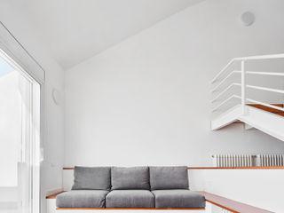 Vallribera Arquitectes Mediterrane Wohnzimmer Holz Weiß