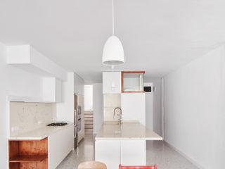 Vallribera Arquitectes Einbauküche Holz Weiß