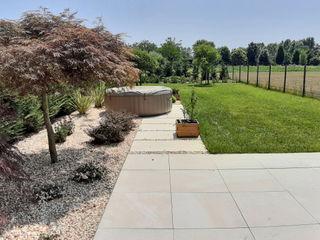 Giardino privato con stile moderno - formale Mattia Boldrin Garden Design Pavimento Piastrelle Beige