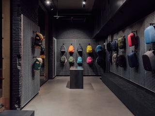 CATBAG concept store of urban backpacks in Barcelona Studioapart Interior & Product design Barcelona Negozi & Locali commerciali in stile minimalista Legno Marrone