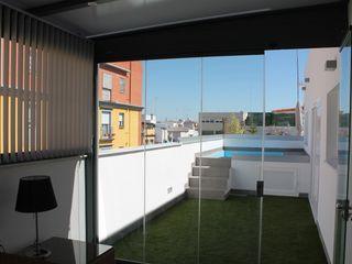 Ático con techo fijo y cortinas de cristal Kauma Balcones y terrazas de estilo minimalista