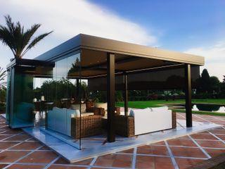 Pérgola bioclimática para comedor de verano Kauma Jardines de estilo mediterráneo