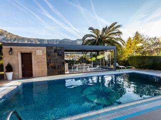 Pérgola bioclimática y cortinas de cristal para cocina y comedor de verano Kauma Balcones y terrazas de estilo moderno