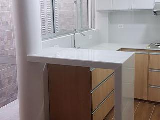 Proyecto Remodelacion de Vivienda Unifamiliar primer piso. EHG arquitectura y construcción Cocinas integrales Derivados de madera Blanco