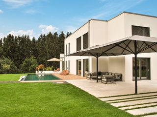 Typ TXS & Typ FX in einem bewundernswerten Garten mit Terrasse und Pool Uhlmann Sonnenschirme e.K. GartenAccessoires und Dekoration Aluminium/Zink Grau