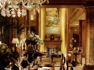 John Chan Design Ltd Гостиная в классическом стиле Янтарный / Золотой