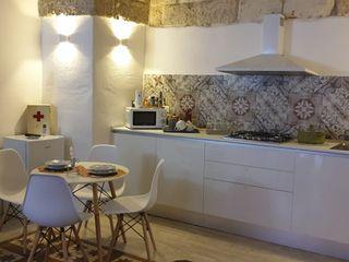 SALENTO'S HOUSE - LE ANTICHE DIMORE DI DEA - DIMORA STELLA ROSA CARBONE DESIGN Cucina attrezzata MDF Bianco