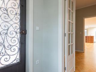 ShiStudio Interior Design Colonial style corridor, hallway& stairs