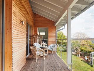 House Crowley: a Compact eco Home Baufritz (UK) Ltd. Balcón