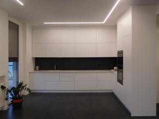 Appartamento Total White Studio di Architettura IATTONI CucinaPiani di lavoro
