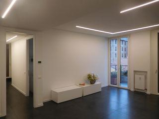 Appartamento Total White Studio di Architettura IATTONI Soggiorno minimalista Bianco