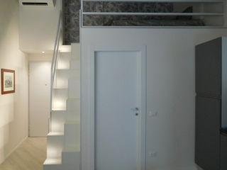 Monolocale Manasardato in Centro Storico Studio di Architettura IATTONI Ingresso, Corridoio & Scale in stile minimalista